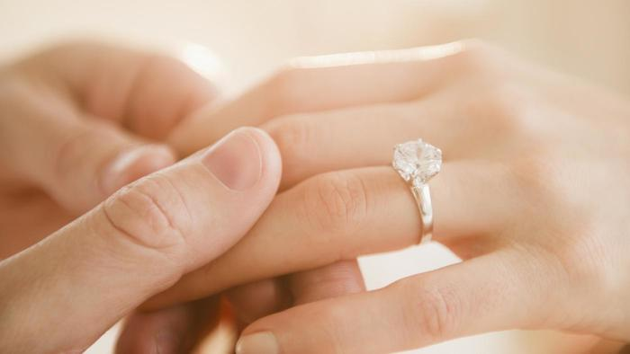 hand-engagement-ring_431cab447162d922